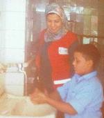 Un bambino si lava le mani