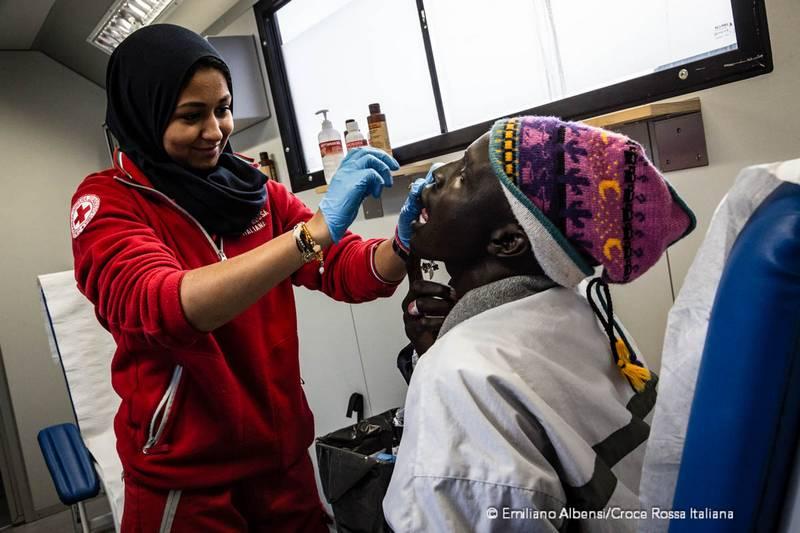 Campo Roya di Ventimiglia: migranti si rivolgono a operatori della Croce Rossa