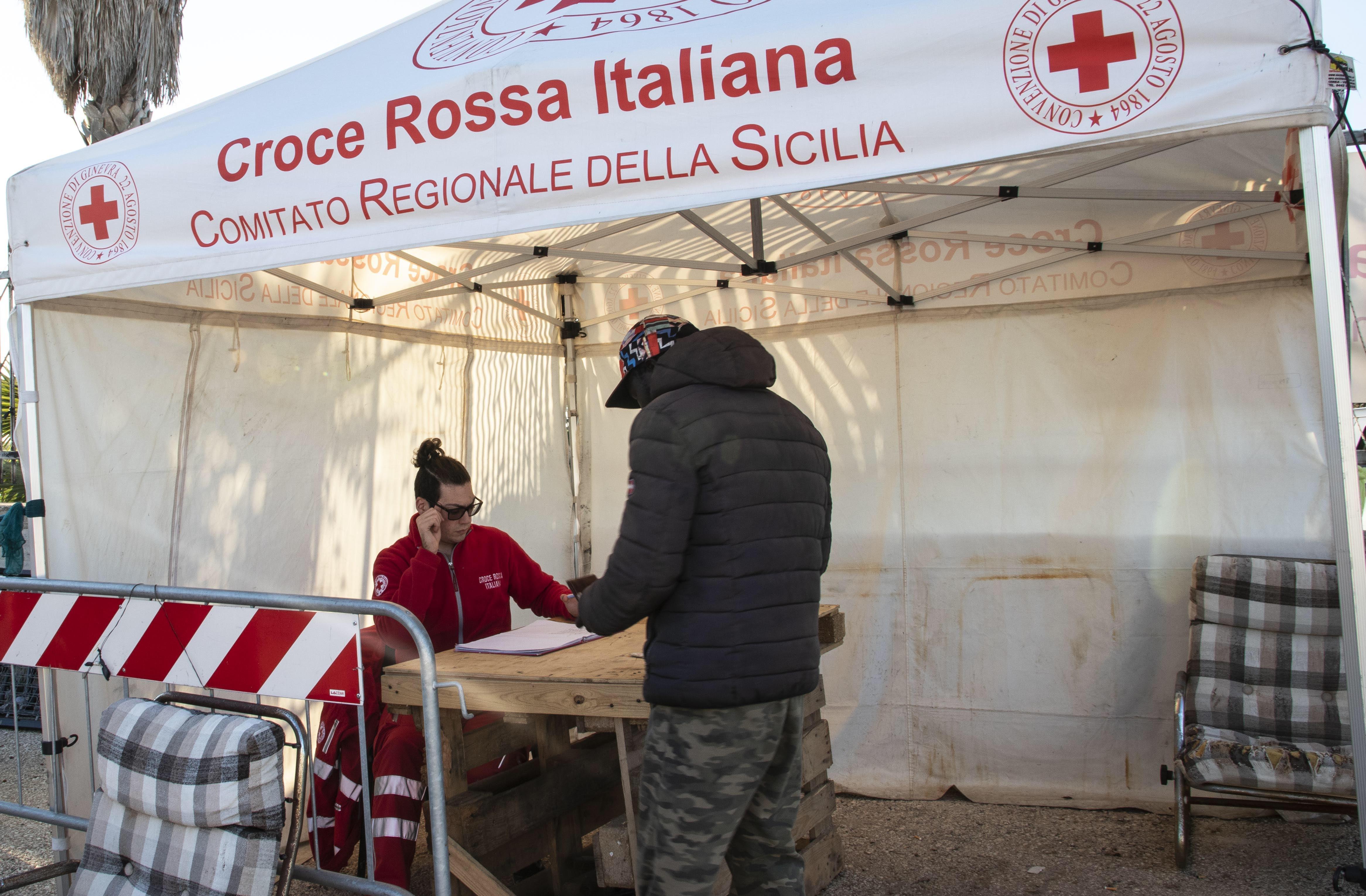 Nel campo CRI di Campobello di Mazara, in Sicilia, dove i diritti dei lavoratori stagionali sono tutelati