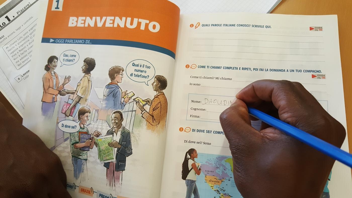 """CRI Milano: nasce """"Al Centro"""" il manuale di italiano per le persone migranti"""