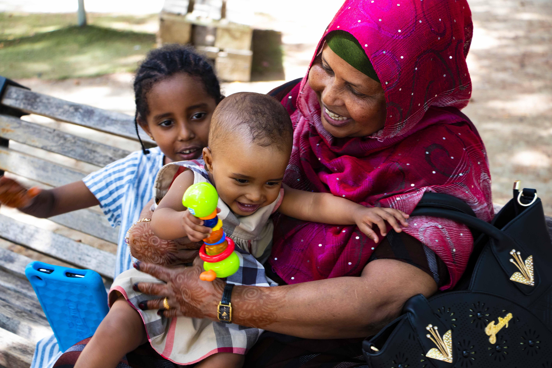 Accolta da volontari dopo essere rimasta orfana, ritrova la nonna grazie
