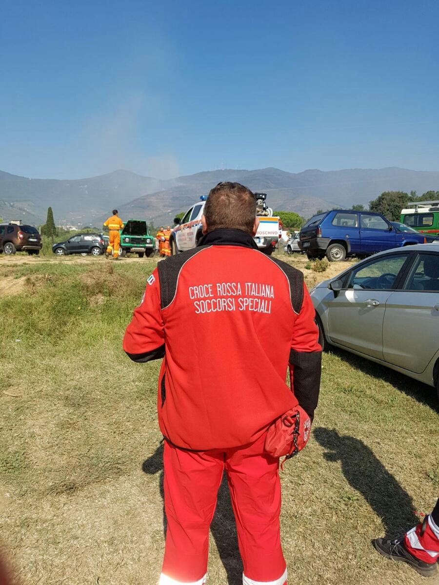 Incendio del Monte Serra a Pisa: volontari e operatori CRI in azione