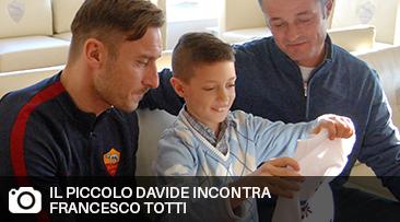 Davide, il bambino di 10 anni autore della t-shirt divenuta simbolo dell'intervento di Croce Rossa Italiana sui luoghi colpiti dal terremoto, ha trascorso un pomeriggio con i campioni della sua squadra del cuore: l'As Roma